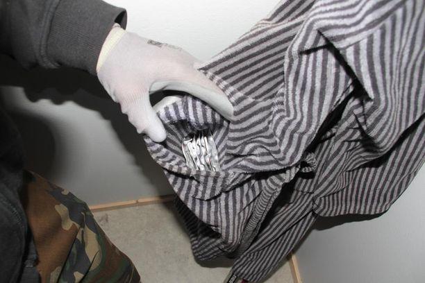 90 huumepilleriä löytyi kotietsinnässä kylpytakin taskusta.