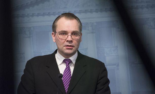 Puolustusministeri Jussi Niinistön (sin.) mukaan Suomen pitää pitää kiinni yleisestä asevelvollisuudesta.