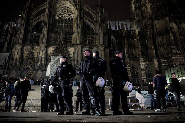 Poliisi kehotti välttämään Kölnin katedraalin ympäristöä. Kuva uudenvuodenaatolta.