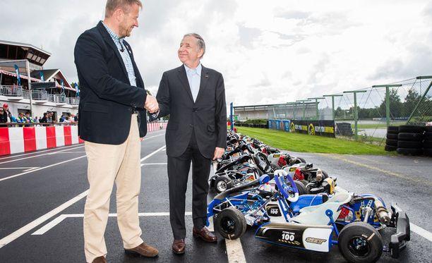 FIA-pomo Jean Todt (oik.) vieraili Alahärmän karting-radalla perjantaina.
