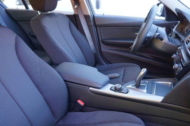 Vakiovarusteiset etuistuimet ovat toki asialliset, mutta tämän tason auto kaipaisi parempia tuoleja.