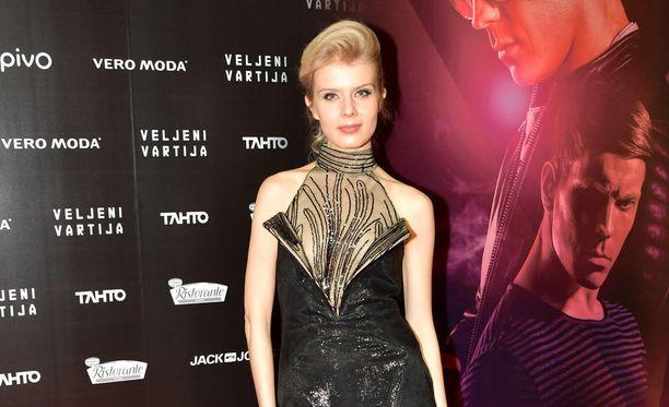 Cheekin Jere-veljen tyttöystävää näytellyt Alina Tomnikov poseerasi rohkeassa asussa, jonka jujuna oli syvä halkio.