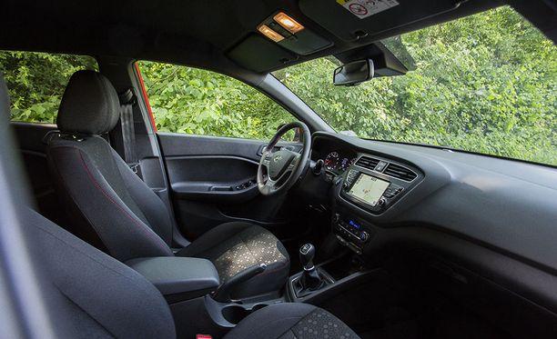 Istuimet antavat hyvin tukea, myös niskatuen osalta. Uusi tietoviihdejärjestelmä tukee myös Apple CarPlay ja Android Auto -järjestelmiä.