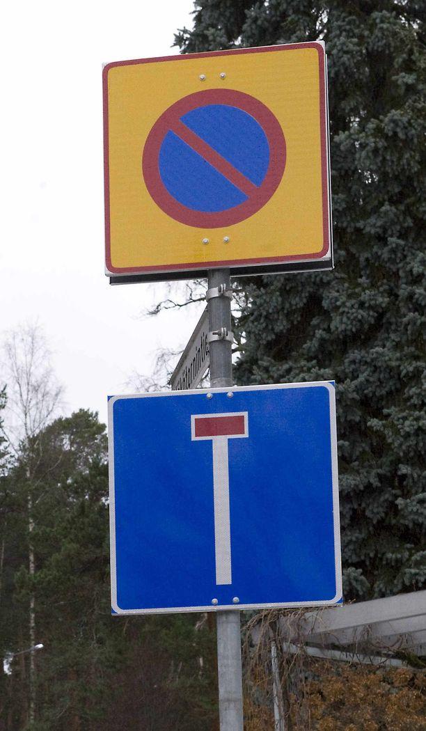Sakotuspaikan liikennejärjestelyjä on nyt muutettu niin, että muut pysäköintikiellot on poistettu ja alue on merkitty aluepysäköinnin kieltävällä merkillä.  (KUVITUSKUVA, ei Turusta).
