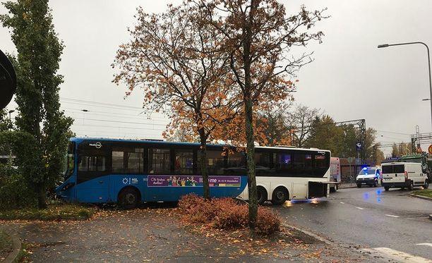 Kolaroinut bussi vaikeutti liikennettä Tapulikaupungintiellä.