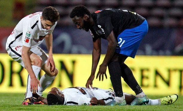 Patrick Ekeng kaatui maahan kesken pelin.