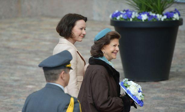 Ruotsin kuningatar Silvia käytti nuorekasta pillerihattua.