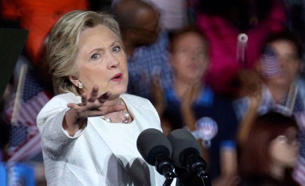 Viimeisimmän Accuscoren ennusteen mukaan Hillary Clinton voittaisi vaalit täpärästi.