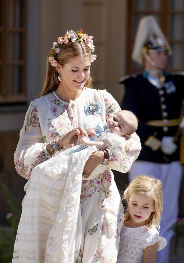 Prinsessa Madeleinen Leonore-esikoinen nojaa äitiinsä.