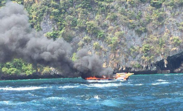 Veneessä oli kyydissä 31 ihmistä, kun se syttyi tuleen.