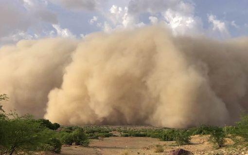 Massiivinen hiekkamyrsky tallentui kameraan –peitti kylän alleen minuuteissa Intiassa
