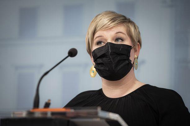 Keskusta pysyy puheenjohtaja Annika Saarikon johdolla hallituksessa, vaikka budjettiväännöistä tulisi miten kireät.
