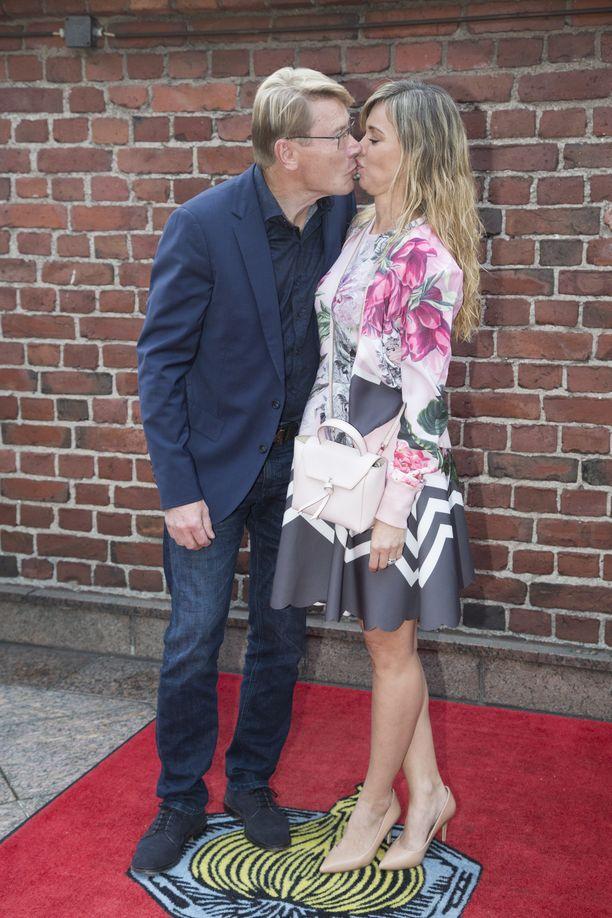 Mika Häkkinen intoutui suutelemaan rakastaan punaisella matolla syntymäpäiväjuhlissaan.