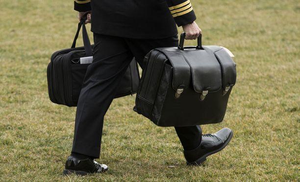 """Donald Trumpin """"jalkapallo"""" kulkee aina presidentin mukana huipputiukan taustatarkistuksen läpikäyneen sotilasavustajan kantamana."""