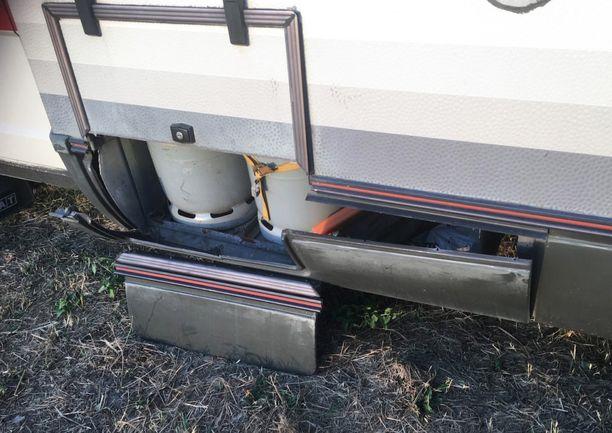 Hajonnut kaasupullojen säilytystila oli onneksi ainoa autolle murrosta koitunut vahinko.