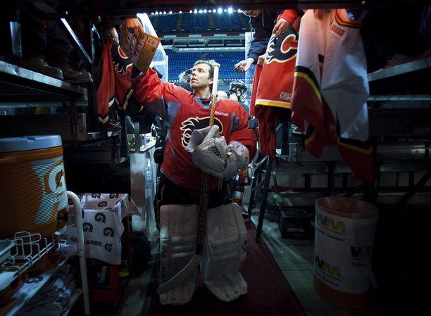 Legenda. Miikka Kiprusoff tutussa puuhassa, eli nimikirjoituksia jakamassa Calgaryssä.