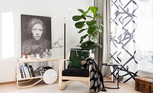 Kodissa on yhdistelty saumattomasti suomalaisia designtuotteita yhteen. Tarjoiluvaunu ja nojatuoli ovat Artekin, Ellen Thesleffin Omakuva 1894-1895 -taidejuliste on Ateneumista, tekstiilit Marimekon. Vaunun alaosassa on suomalaisia kirjoja.