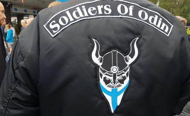 Soldiers of Odinin jäsenten väkivaltainen toiminta ja natsisympatiat ovat vuosien varrella herättäneet runsaasti keskustelua.
