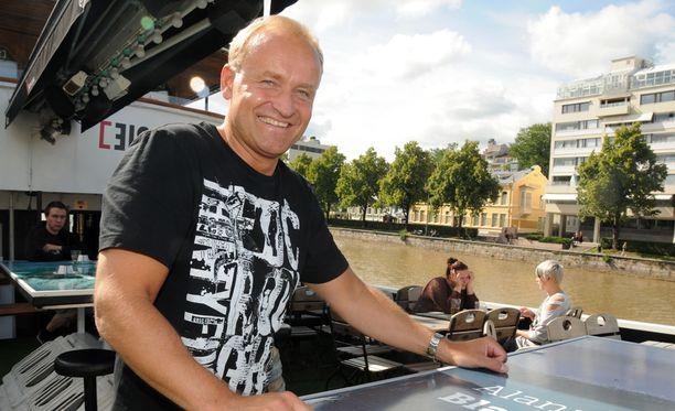 Janne Porkka yllättää YleX:n juontajien musiikkivideolla.