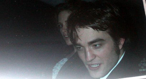 Kristen Stewart ja Robert Pattison poistuivat juhlista yhdessä ja silminnäkijöiden mukaan kaiken lisäksi käsi kädessä.