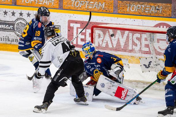 Läheltä ylös! Lauri Pajuniemi nostaa rystyltä TPS:n 4-1 osuman ja toivottaa Lukolle hyvää yötä.