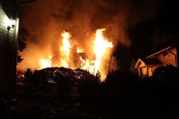 Palomiehet keskittyivät turvaamaan läheisten omakotitalojen turvallisuuden ja pitää palon hallittuna.