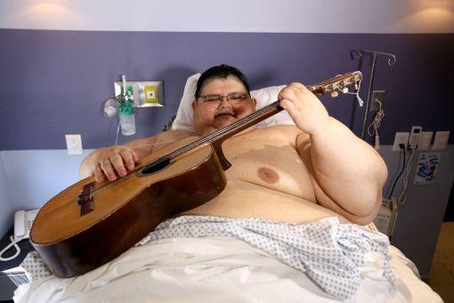 Juan Pedro Franco viihdytti itseään ja paikalla ollutta mediaväkeä kitaransoitolla viime toukokuussa.