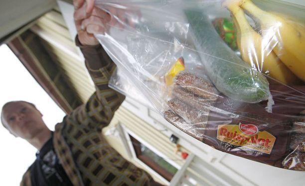 Ruoan hinta netissä on usein sama kuin kaupassa, mutta tuotteiden kokoamisesta perittävä maksu ja kuljetuskulut nostavat ruokakassin kokonaishintaa.