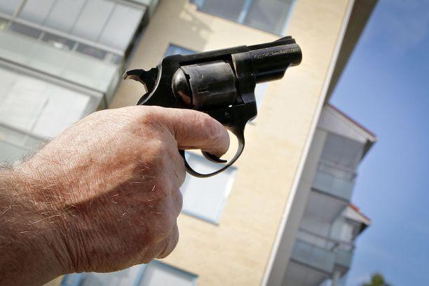 Myyjää uhattiin kuvan starttipistoolin (oikeammin revolveri) kaltaisella aseella. Kuvan ase on Röhm RG 79, ryöstössä käytettiin Röhm RG 89 -mallia.