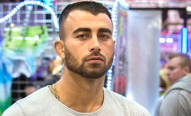 Makwan Amirkhani ottelee sunnuntaina Liverpoolissa.