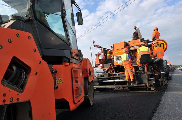 Lämpimät ja vähäsateiset säät olisivat nyt suosineet asfaltointitöitä eli siinäkin suhteessa maanteiden korjaustöiden vähentäminen juuri nyt oli epäonnistunut linjaus.