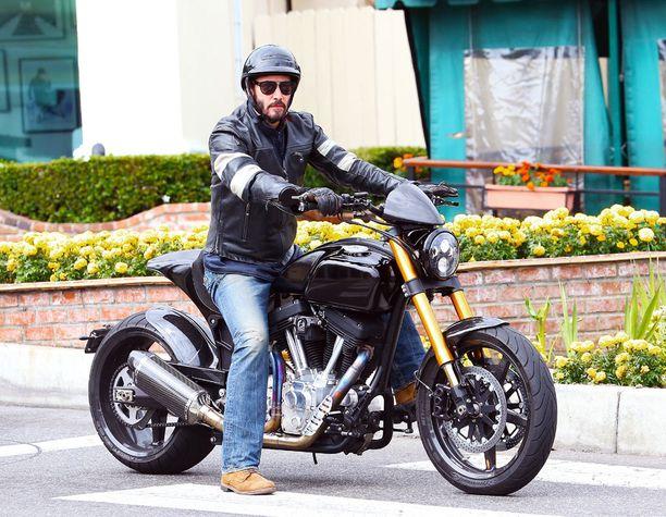 Innokkkaana motoristina tunnettu Keanu Reeves tarjoaa mahdollisuuden päästä miehen kanssa kiertämään Kaliforniaa.