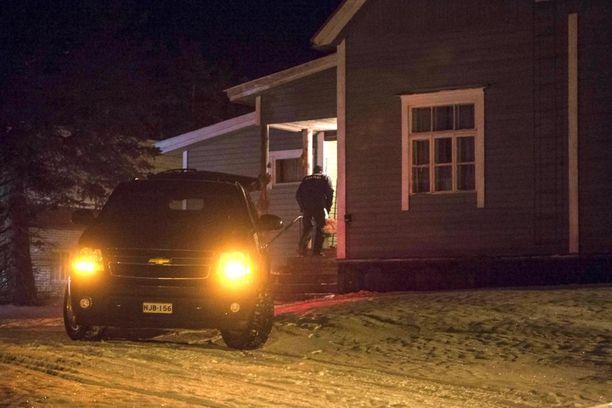 Ruumiit kuljetettiin maanantai-iltana pois talosta.