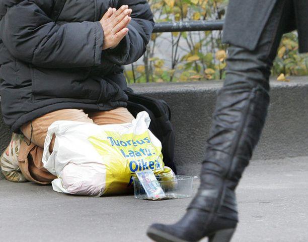 Kerjäläistä lyönyt nainen sai sakot. Kuvan kerjäläinen ei liity tapaukseen.