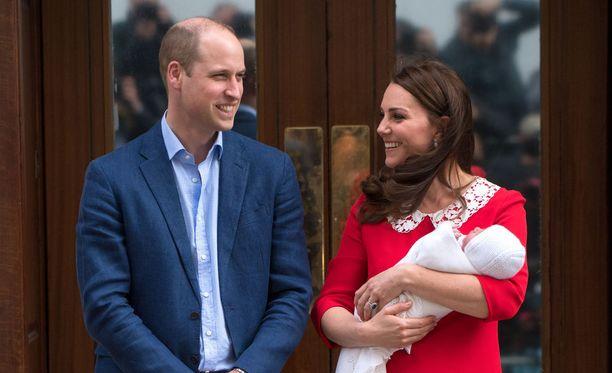 Kuninkaallinen pikkuprinssi esiteltiin briteille vain seitsemisen tuntia syntymän jälkeen.