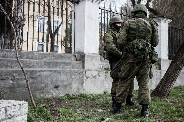 Tunnuksettomat sotilaat miehittivät Ukrainalle kuuluvan Krimin niemimaan alkuvuonna 2014. Venäjän toimista Ukrainassa alettiin puhua hybridisodankäyntinä.