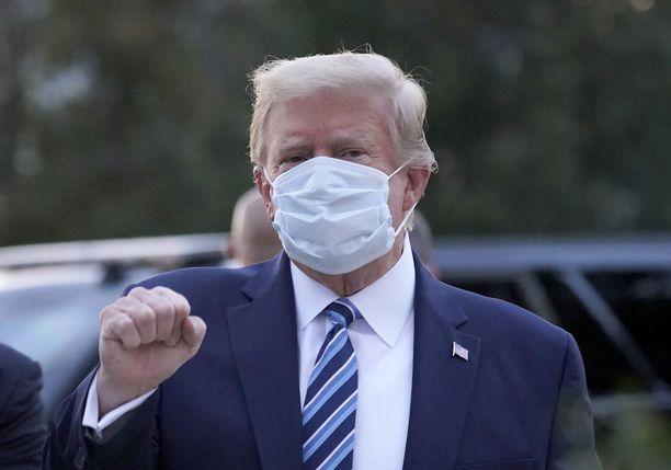Trump poistui Walter Reedin sotilassairaalasta maanantaina.