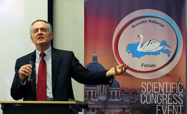 Helsingin tilaisuuden pääpuhuja on yhdysvaltalainen valkoisen ylivallan puolestapuhuja Jared Taylor. Kuvassa Taylor puhuu äärioikeistojärjestöjen seminaarissa Pietarissa vuonna 2015.