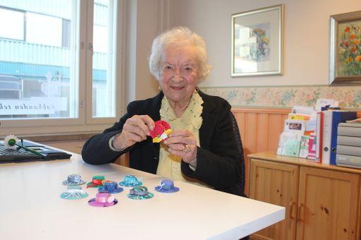 Aune Koutonen on vuosien saatossa valmistanut tuhansia miniatyyrihattuja myyntiin. Hattuja myydään Mummon Kammarissa sekä erilaisissa tapahtumissa.