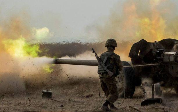Ukrainalaissotilas ampui tiistaina tykillä harjoitussessiossa lähellä Mariupolin kaupunkia Itä-Ukrainassa.