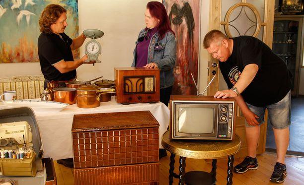 Samilla, Helillä ja Akilla on eri näkemykset Samin aarteiden arvosta.