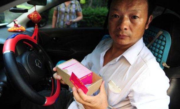Wang Mingqing otti työn taksikuskina, koska ajatteli näin tapaavansa enemmän ihmisiä. Hän jakoi asiakkaille kortteja, jossa oli tietoa kadonneesta tyttärerestä.
