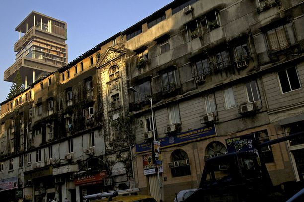 Talo sijaitsee köyhässä ympäristössä Mumbaissa.