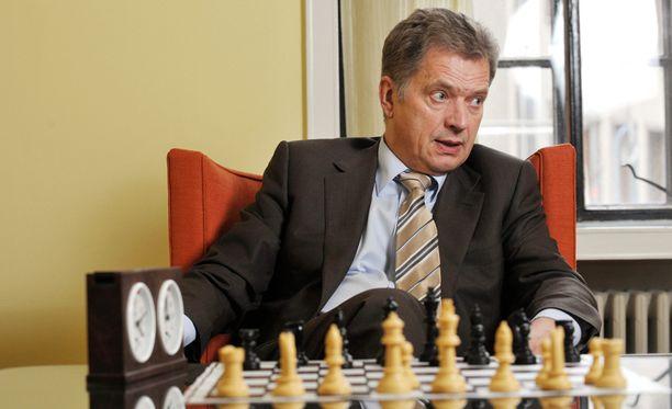 Iltalehden arkistosta löytyy lukuisia kuvia Sauli Niinistöstä shakkilaudan äärellä. Tämä on vuodelta 2009.