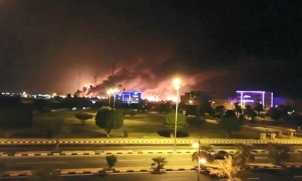 Jalostamot olivat tulessa hyökkäyksen jäljiltä.