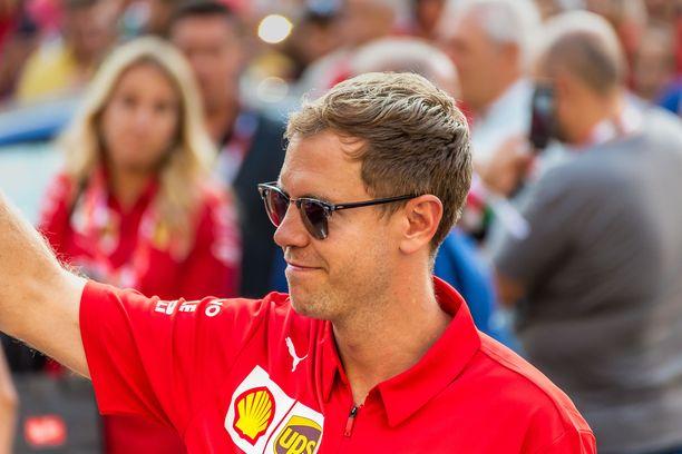 Sebastian Vettel tervehti faneja Ferrarin 90-vuotisjuhlassa viime syyskuussa.