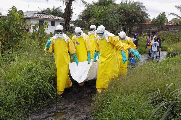 Liberialaiset sairaanhoitajat kantoivat ebolaan kuolleen ruumista Monrovian liepeillä vuonna 2014, jolloin suurepidemia sai alkunsa Länsi-Afrikassa.