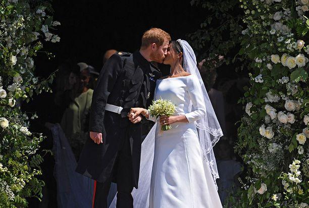 Prinssi Harry ja Meghan suutelivat kirkon portailla.