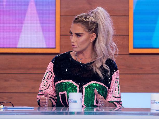 Katie Price on saanut kritiikkiä siitä, että antoi 5-vuotiaan tyttärensä käyttää piikkikorkoisia kenkiä.