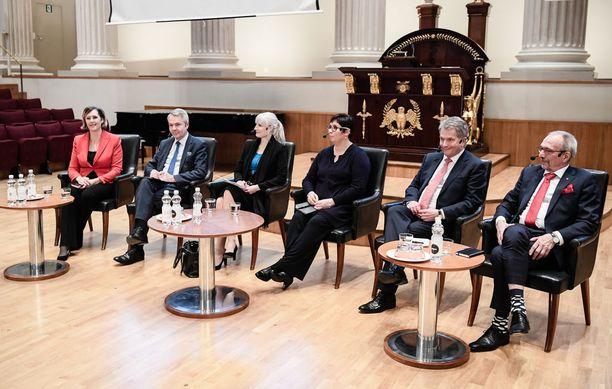 Kuva on otettu Helsingin yliopiston juhlasalissa 13.11. järjestetyssä paneelissa. Kuvasta puuttuvat Matti Vanhanen ja Paavo Väyrynen.